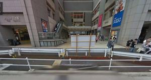 ベンチが設置される前は殺風景だった(2009年10月のグーグルストリートビューより)