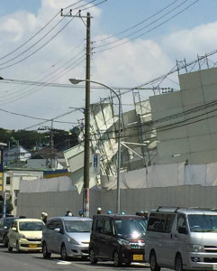 きょう2016年8月5日10時30分頃、崩れたアピタ日吉店跡解体現場の足場と防護壁。大きな衝撃音に伴い綱島街道沿いの歩道にも崩れた壁がせり出している。けが人はなかった模様(写真:10時50分頃撮影・読者提供)
