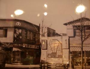 かつて日吉駅前・現在のマクドナルド付近にも「ツナシマパン」のお店があった。綱島西口商店街のツナシマパン店頭に、綱島の旧店舗の写真とともに飾られている