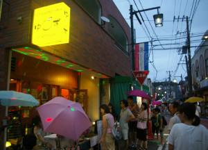 「傘の花」が咲く天候悪化の中、多くの人々が南日吉商店街を訪れていました