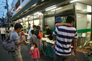 メグミマーケットでは子どもたちに人気のラムネや、美味しそうなおかずも様々販売