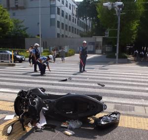 日吉駅前の事故現場で現場検証する警察官(2016年8月10日9時40分ごろ)