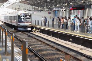 現在の綱島駅ホームにはドア間に柵のみが設置されている