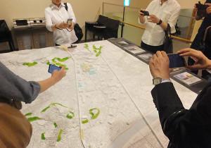 説明会の会場には計画地や周辺も模型も展示された(読者提供)