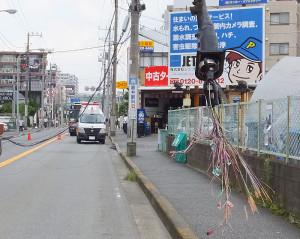 切断されたのはNTTの通信ケーブルとみられ、付近住民のなかにはインターネットに繋がらないなどの影響も