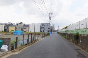 道路をはさんで右手がアピタ横浜綱島店の建設場所