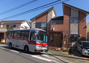 さくらが丘停留所に停車する「日23系統」の小型バス