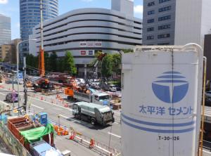 新横浜駅前の環状2号線では工事にともないずっと車線規制が行われている