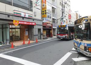 セブンイレブン「横浜綱島駅北口店」はバスターミナルの目の前すぎる場所