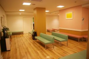 貸し出される待合室スペースの広さは約50平方メートル。午前の診療に訪れた方が退出されてからの利用となる