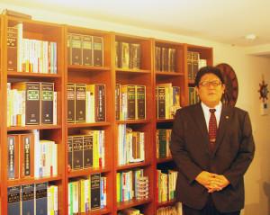 """行政書士・海事代理士として、日吉を拠点に幅広い業務をこなす加賀雅典さん。日吉に住んで22年。""""地域の顔""""として活躍中"""