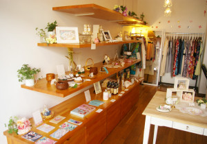 フロラシオンの店内。佐藤さんは、神奈川が気に入り、東京から鎌倉へ移住した。作家との出会いから鎌倉でマルシェも開催。フロラシオンでの商品販売やイベント開催につながっている