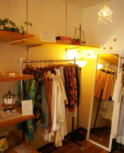 色とりどりの服を手に取り確認しながら選べる店内。返却時のクリーニングも不要、郵送でも手軽に返却できるので、遠出の場合などもとても便利