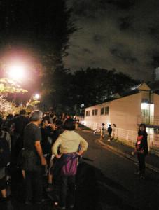 月夜の矢上キャンパスには、矢上祭のファイナルを飾る花火を待つ人々の長い列が
