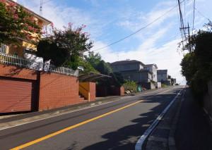 森戸原住宅地区内は車がほとんど通らないが立派な道路が整備されている