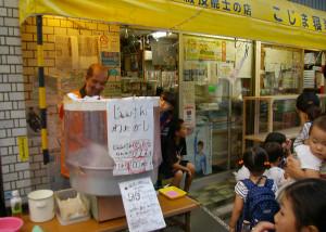 南日吉商店街の「夜店」は子どもが喜ぶ店が中心ですが、大人向けにもビールや焼鳥の店もあります
