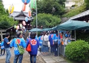 境内には焼きそばや焼鳥などの売店も(駒林神社)