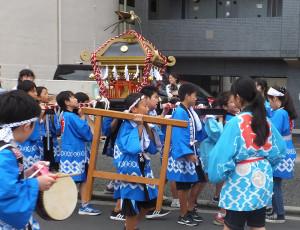 子どもたちの神輿が街を練り歩いていました(駒林神社)