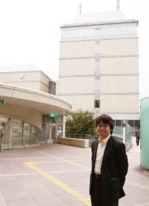 年末コンサートが開催される慶應義塾・協生館前にて。村松さんが日吉に通い始めてからはや10数年の歳月が流れようとしている