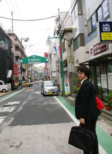 普通部通りを日吉駅方面へ。「この辺りの道は、自分が通っていた頃とほとんど変わりありませんね」と当時を懐かしむ村松さん