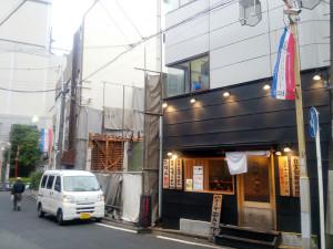 喫茶「まりも」近くに古くからあったタバコ・日用品店(左側)は解体工事中