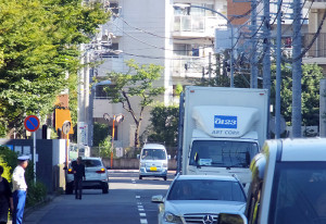 南日吉団地入口交差点から日大高校方面に向かう道路も安全とは言えず、突き当りの交差点には信号もない