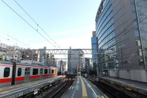 2013年1月の地上時代の渋谷駅、右手のビルが「コーププラザ(日本生活協同組合 連合会の本部)」