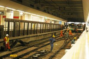 目黒線ホームから横浜寄りの引き込み線付近での復旧作業の様子(11月8日15時30分頃)