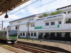 集合・講義会場の城郷小机地区センター(小机町)は、JR横浜線小机駅前、南口から徒歩約1分の場所にある。雨が激しい場合は講義のみ実施予定