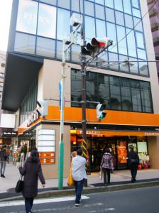 綱島駅西口から徒歩1分程度、綱島バス通り(子母口綱島線)の信号をわたれば、そこには目にも鮮やかなオレンジ色の店舗が