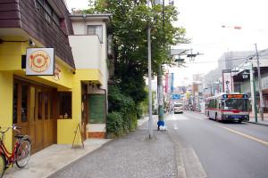 バス通りの「子母口綱島線」沿いで9月28日にオープンした「ひまわり」(左側)