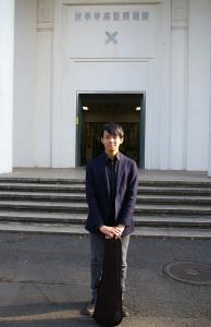 母校の慶應義塾高校前にて。バイオリンは3歳の頃からたしなんできた。慶應義塾高校ワグネル・ソサィエティー・オーケストラに入部してからバイオリンの楽しさを実感し、「自ら」更なる音楽の世界へ