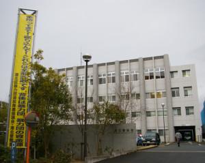 港北警察署に掲げられた懸垂幕(けんすいまく)。港北区暴力団追放推進協議会から他に同内容の横断幕4枚も用意され、12月22日に贈呈式が同署で行われた