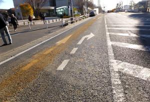 """日吉駅前の横断歩道付近では箕輪町方面の車線にも""""犯人""""の痕跡が残っている"""