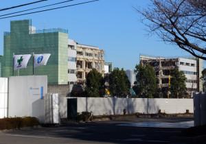 建物が崩された合間から新川崎のタワービルが見える(2016年12月17日)
