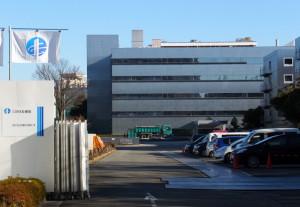 NRI野村総研のデータセンターはまだ残っているが、桜並木の多くは切られ、正面のパラボラアンテナも消えた(12月17日)