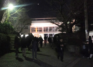 きのう(2月1日)入学試験が行われた慶應普通部で、合格発表が行われています。19時の開始時間前より前倒しで開場、多くの受験生や家族が訪れていました