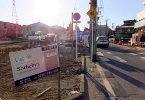 「プライマルガーデン日吉Ⅳ」の建設予定地(左)と歩道が廃されたバス通りの前面道路「下田96号線」(1月12日撮影)