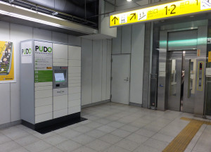 高田駅の1・2番出口近くのエレベーター前にロッカーが設置された