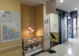 病院2階にコンビニ(右)と並んでレストラン「ポールライト(POLE LIGHT)」(左側)が設けられている