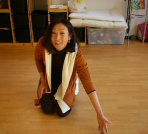 2015年に「より通いやすい場所に」とスタジオを大倉山駅前通り(レモン通り)沿いに移転。「床も転んでも痛くない8段構造にしているので、とても柔らかいんです」と主宰のAKIさん