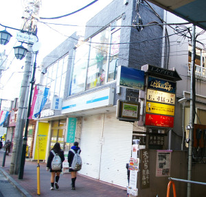 大倉山駅から徒歩2分。駅前商店街のレモン通り沿いにスタジオはある(SIビル2階)