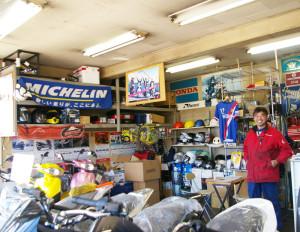 慣れ親しんだ同店内で。自身バイク好きで「お客様とも走行会を行ったり耐久レースに参加したりしました」と吉井昌彦さんは想い出を語る