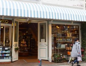 日吉中央通りに開業し70年の老舗文具店・井口文華堂(ぶんかどう)。ここで澤井さんは幼少時ファンシーグッズや文房具を買うのが好きだった