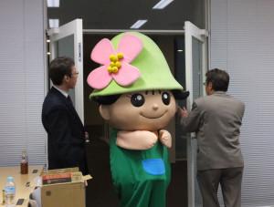 慶應義塾大学協生館の会場に港北区のキャラクター「ミズキー」が登場
