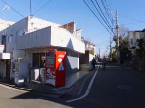 タイカフェ「ジャスミン」がオープンを進めているテナント(左側のシャッター部分)、右側は中央通りから続く道