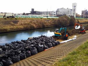 一本橋の日吉6丁目側での作業にはブルドーザーが2台で土を処理していた、対岸は加瀬水処理センター(2月6日)