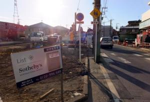 歩道部分も含めて住宅21戸が建設される予定、右は「下田96号線」(バス通り)
