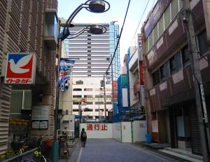 ヨーカドーの周辺は通行止めと低層ビル店舗の閉店が目立つ