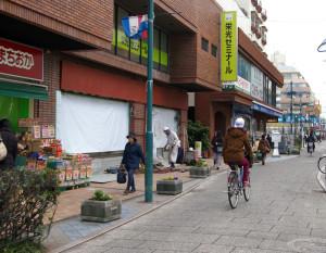 工事が続いているパデュ通りの「マツモトキヨシ綱島店」跡地(2月14日)